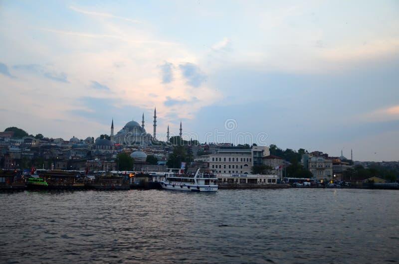 Istanboel, Turkije - Mei 10, 2018: De stadsmening die van Istanboel van Galata-Brug de Gouden Hoorn met Eminonu overzien stock foto's