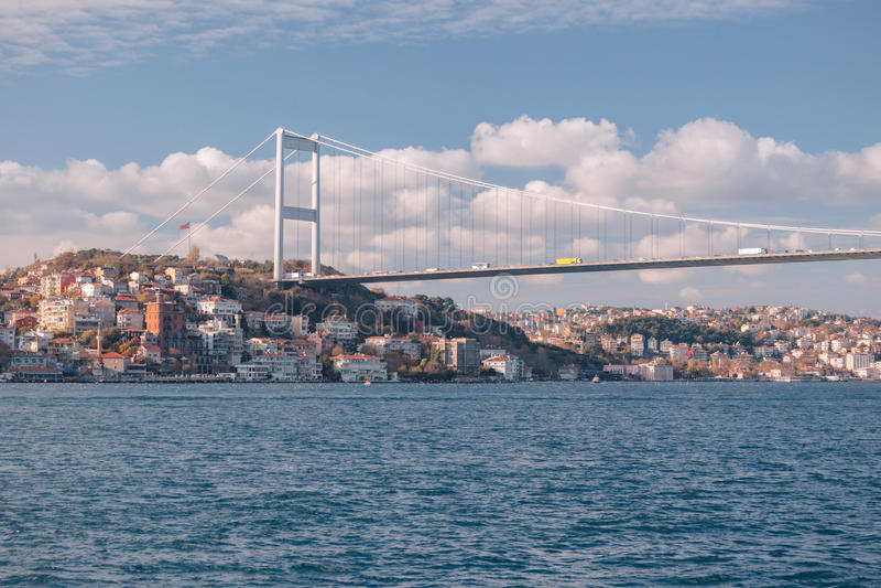 Istanboel, Turkije Mening van Fatih Sultan Mehmet Bridge en residental de gebouwen die Bosporus varen stock foto's