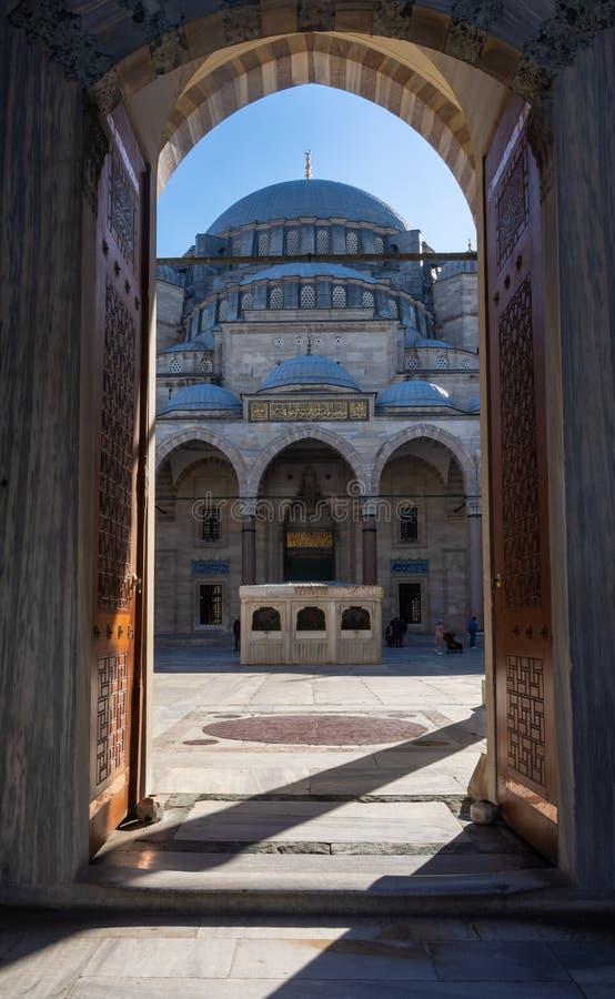 Istanboel, Turkije 09-november-2018 Mooi vooraanzicht van hoofdkoepel van Suleymaniye-moskee van ingangsdeur, Istanboel stock foto