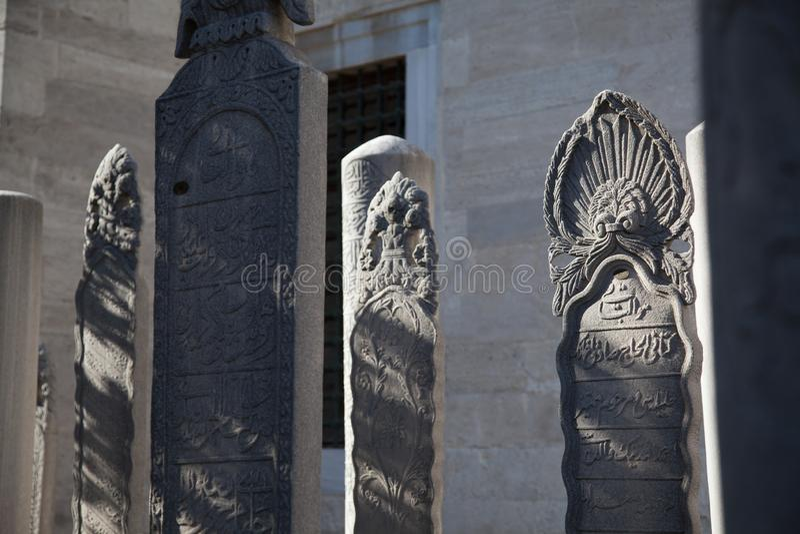 Istanboel Turkije november 2018 - sluit omhoog van één of andere grafsteen, grafzerkstandbeeld in de Begraafplaats van de Suleyma stock afbeeldingen