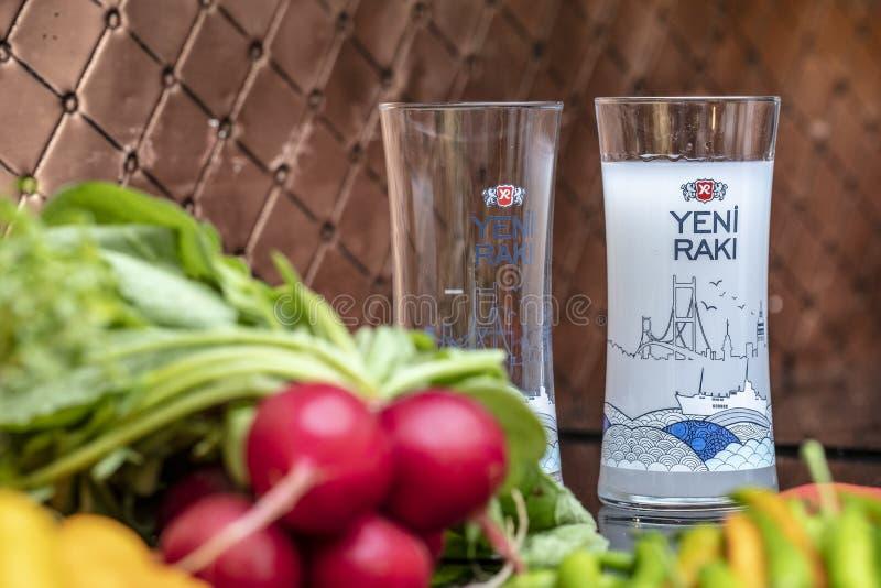 Istanboel, Turkije - Oktober 8, 2018; Traditionele Turkse Keukenbbq met alcoholische dranken Ocakbasirestaurant Rakiconcept royalty-vrije stock afbeelding