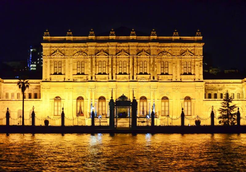Istanboel, TURKIJE September 19 - 2018 Dolmabahcepaleis van het water bij nacht wordt gezien die stock afbeeldingen