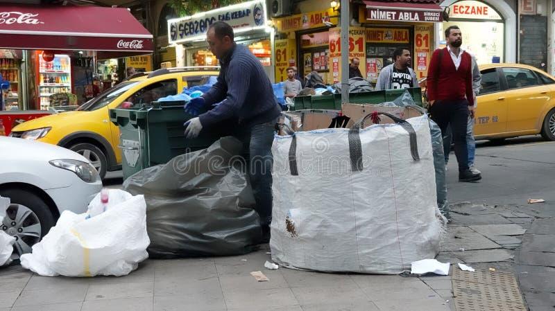 Istanboel, Turkije, 22 September , 2018: Een vuilnisman verzamelt en assembleert huisvuil op een straat in de oude stad stock afbeelding