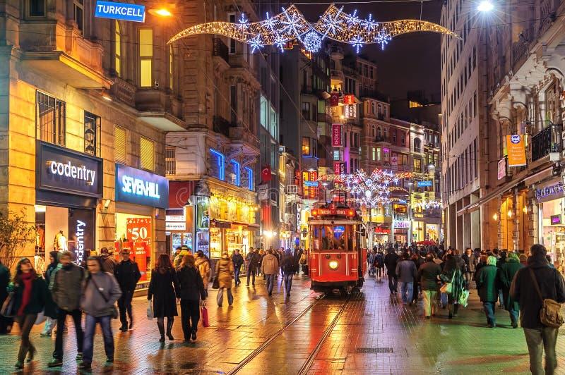 Istanbuł Nostalgiczny tramwaj na Istiklal ulicie przy nocą, Istanbuł zdjęcie stock