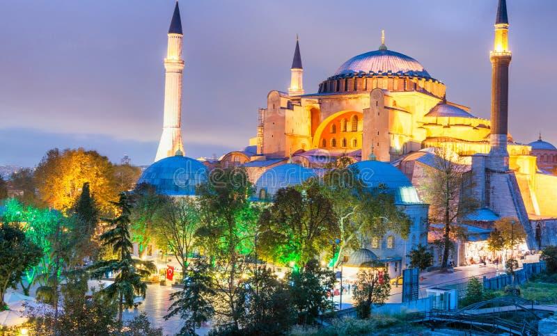 ISTANBUŁ, PAŹDZIERNIK - 25, 2014: Hagia Sophia przy nocą Miasto att fotografia stock