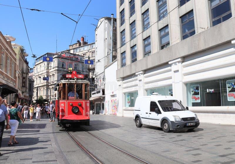 ISTANBUŁ TURCJA, CZERWIEC, - 7, 2019: Retro czerwony tramwajowy Taksim-Tunel na Istiklal ulicie obraz royalty free