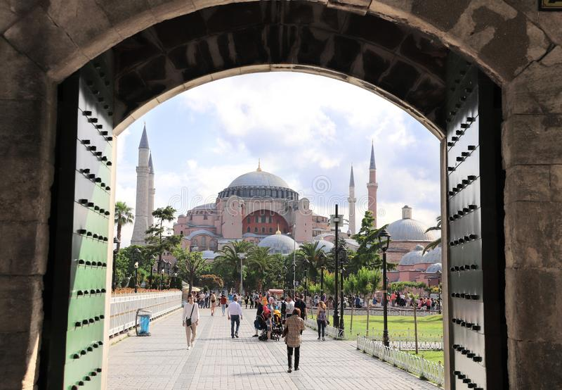 ISTANBUŁ, TURCJA - 10 CZERWIEC, 2019: Widok przez starej bramy na Hagia Sophia zdjęcie royalty free