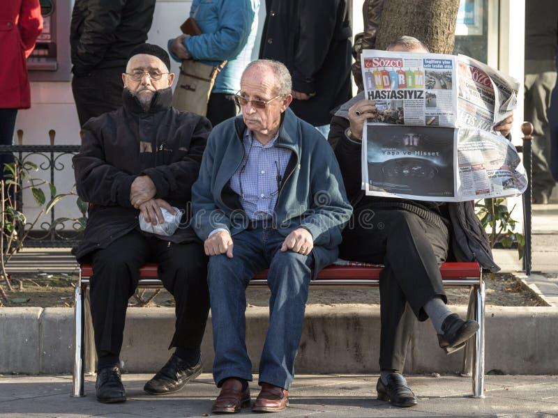 ISTANBUŁ TURCJA, GRUDZIEŃ, - 28, 2015: Trzy starego Tureckiego mężczyzna siedzi na ławce blisko Kadikoy okręgu na Azjatyckiej str obrazy royalty free