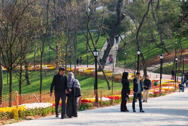 ISTANBUŁ TURCJA, KWIECIEŃ, - 11, 2017: Światu sławny Tulipanowy festiwal w Emirgan parku, Istanbuł, Turcja Kwitnąć tulipany obraz royalty free