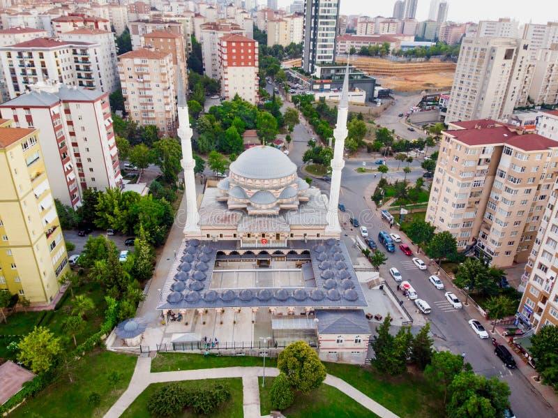 Istanbuł Turcja, Luty, - 23, 2018: Powietrzny trutnia widoku Ugur Mumcu meczet w Kartal, Istanbuł/ fotografia stock