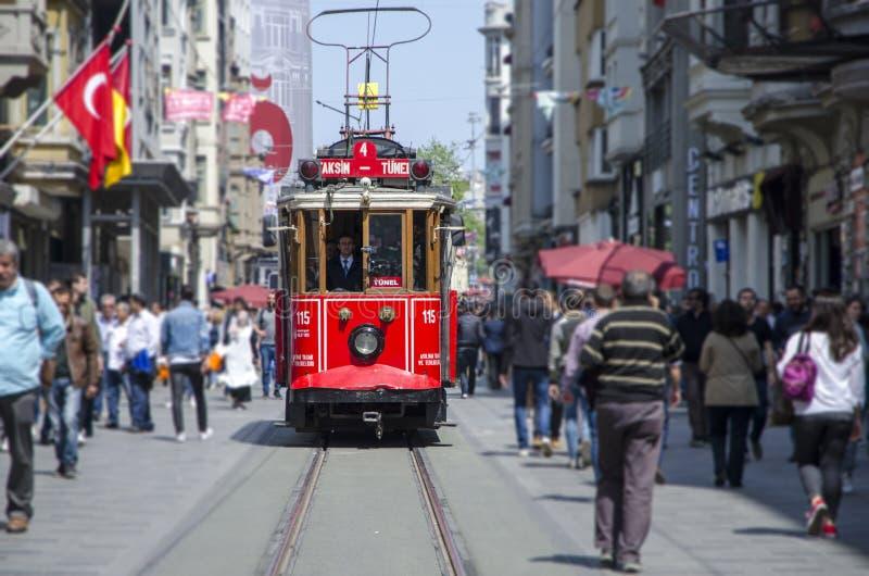 ISTANBUŁ TURCJA, MAJ, - 02, 2018: stary tramwaj i ludzie chodzić zdjęcie royalty free