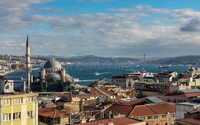 Istanbuł, Turcja 09-November-2018 Prześwietny widok miasto Istanbuł, meczet i Bosphorus rzeka, fotografia royalty free