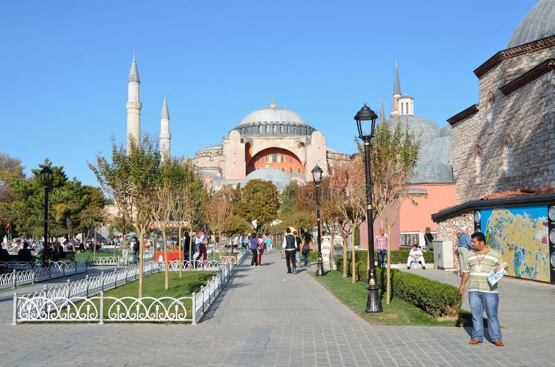 Istanbuł, Turcja, Październik, 18, 2013 Ludzie chodzi blisko Aya Sofya fotografia stock