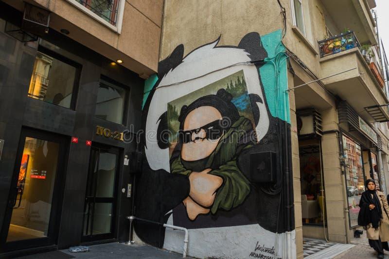 ISTANBUŁ, TURCJA: Piękni graffiti na ścianie na ulicie w mieście Mona Lisa i panda rysunek na ścianie zdjęcia royalty free