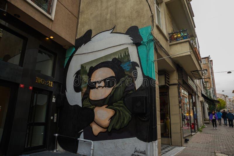 ISTANBUŁ, TURCJA: Piękni graffiti na ścianie na ulicie w mieście Mona Lisa i panda rysunek na ścianie zdjęcie stock