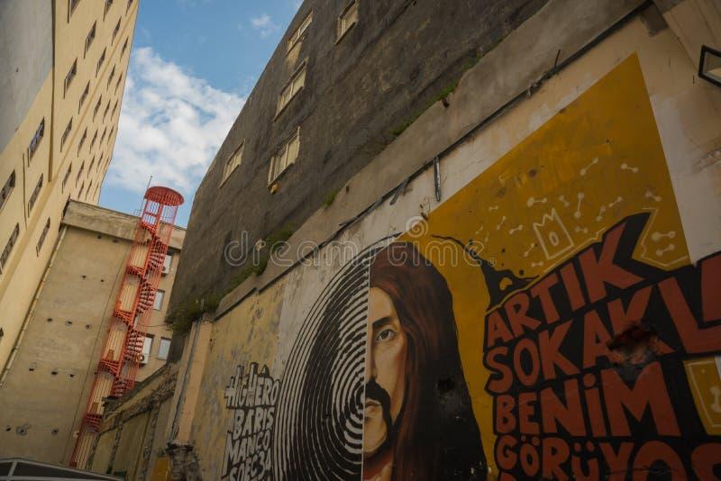 ISTANBUŁ, TURCJA: Piękni graffiti na ścianie na ulicie w mieście Rysunkowe mężczyzna farby na ścianie fotografia royalty free
