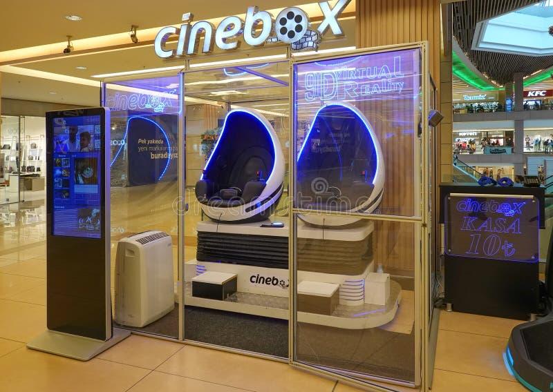 Istanbuł, Turcja, Wrzesień 22 , 2018: Dwoista kabina dla oglądać filmy w 3D z VR szkłami w wydziałowym sklepie w przedmieściach zdjęcie stock