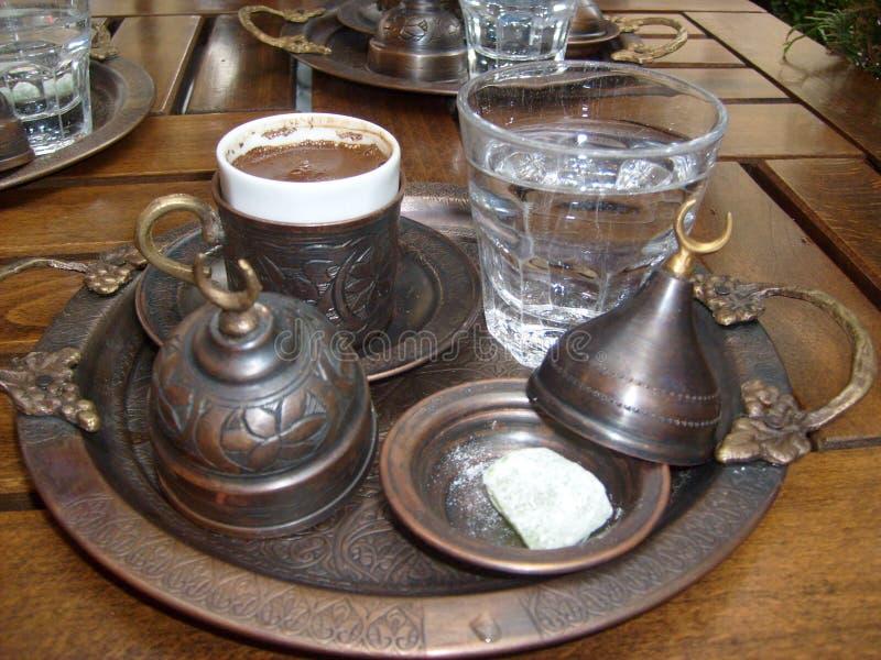 Istanbuł uroczysty bazar także cieszy się kawę, autentyczna filiżanka w usługa był wielki fotografia royalty free