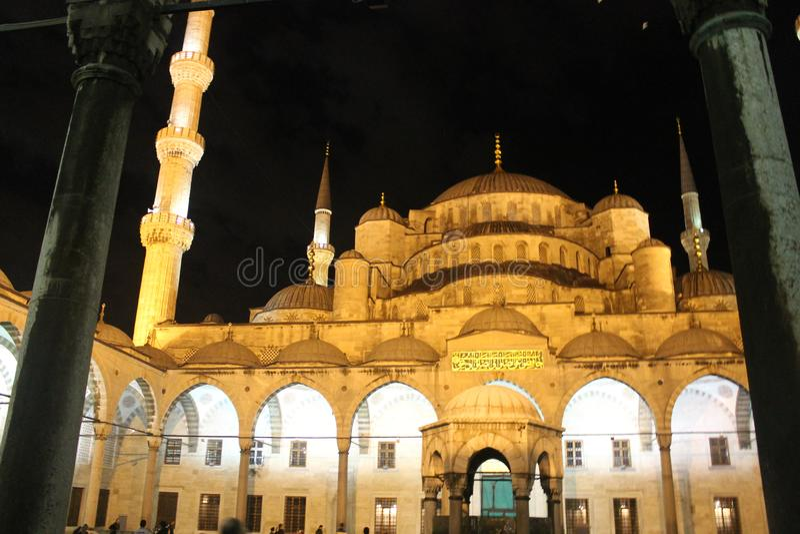 Istanbu? - B??kitny meczet noc? obraz royalty free