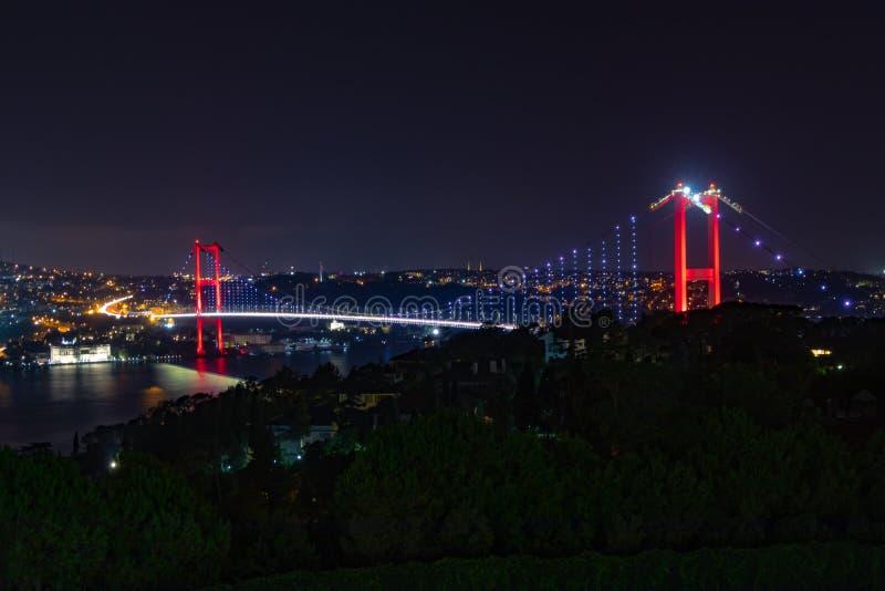 Istanbu? Bosphorus most przy noc? Nowy imię: 15th Lipa męczenników most zdjęcia stock