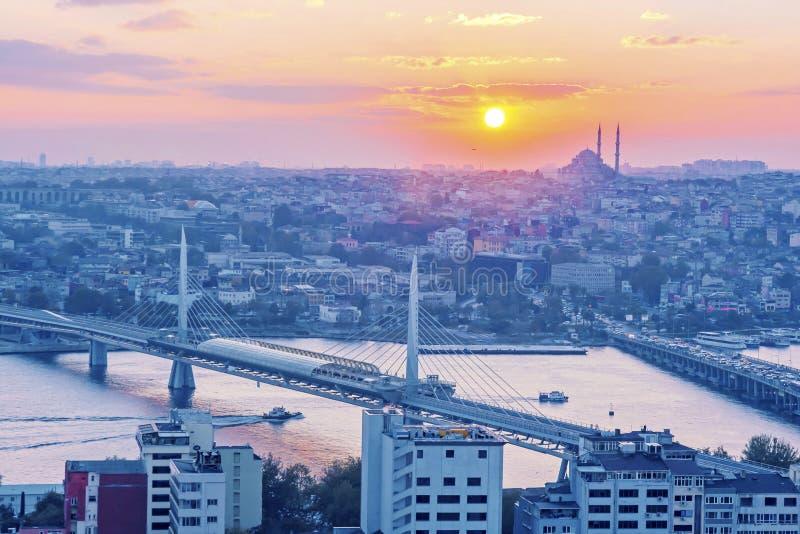 Istanbul au coucher du soleil Vue au-dessus de klaxon de Golen photos stock