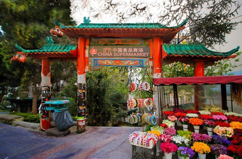 Istanbul - Besiktas/Turkiet 04 07 19: Kinesisk marknadsingång, basar, blommor nära vid ingången av den Kina marknaden royaltyfria bilder