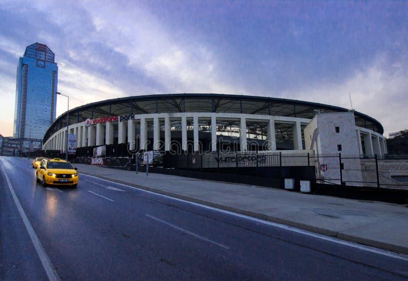 Istanbul Besiktas/Turkiet 07 04 2019: Turkisk sikt för afton för fotbollTeam Besiktas JK stadion, Vodafone arena och Suzer Plaza royaltyfri fotografi