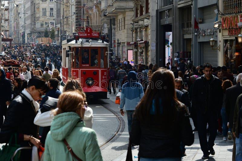 Istanbul, die Türkei, am 7. April 2018: Die alte rote Tram auf historischem Bezirk Istanbuls lizenzfreie stockbilder