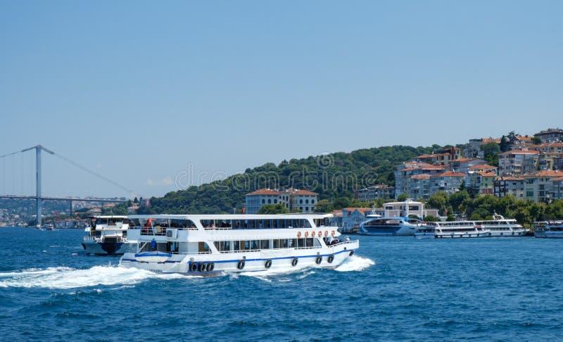 Istanbul, die Türkei, Bosphorus-Brücke und Uskudar-Küsten-Vergnügungsdampfer segeln auf das Bosphorus lizenzfreie stockfotografie