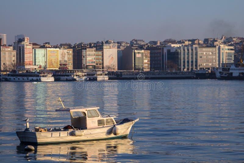 ISTANBUL, DIE TÜRKEI - 27. DEZEMBER 2015: Fischerboot auf Front von Kadikoy-Seeseite, auf der asiatischen Seite der Stadt lizenzfreie stockfotografie