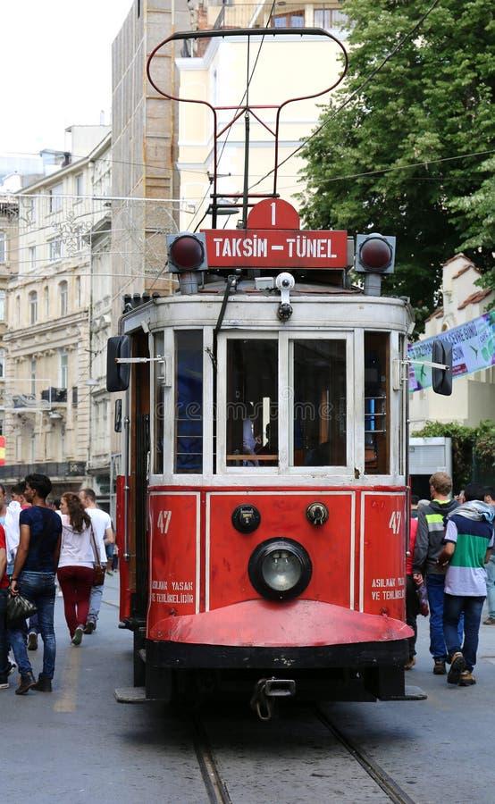 ISTANBUL, DIE TÜRKEI 7. JUNI: Eine historische rote Tram vor der Highschool Galatasaray am südlichen Ende der istiklal Allee Juni stockbild