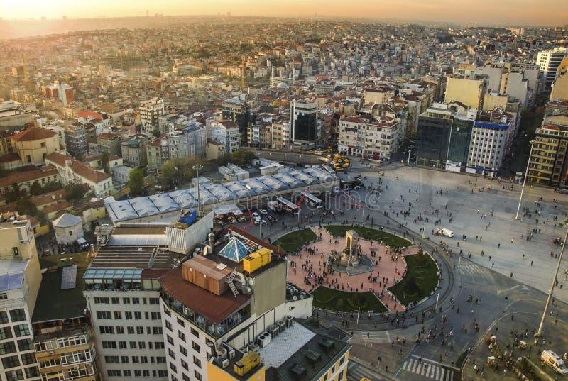 ISTANBUL, DIE TÜRKEI - 8. JUNI: Panoramablick-Republik-Monument an Taksim-Quadrat am 8. Juni 2011 in Istanbul, die Türkei Statuen stockfotografie