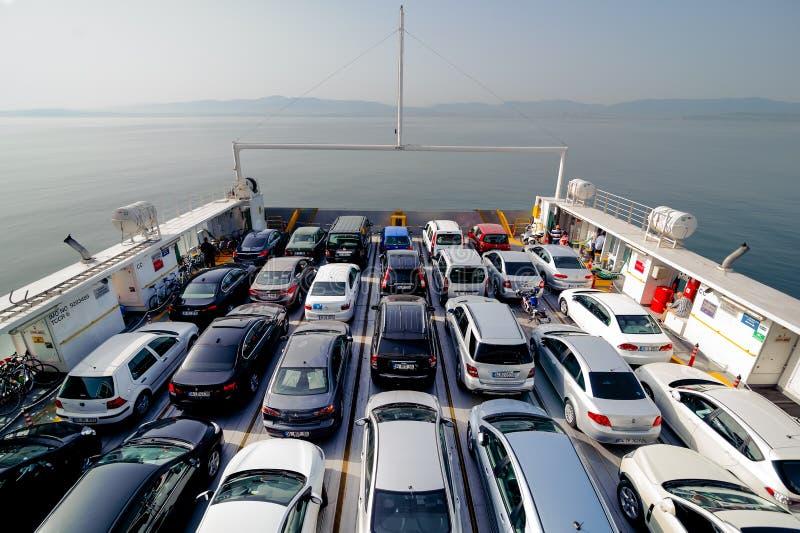ISTANBUL, DIE TÜRKEI - 17. MAI 2015: Draufsicht der Fahrzeug- und Passagierfähre Der Fähren Dock häufig an fachkundigem Anlagende stockfotografie