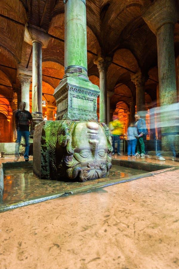 Istanbul, die Türkei Medusaskulptur in der Basilika-Zisterne lizenzfreies stockbild