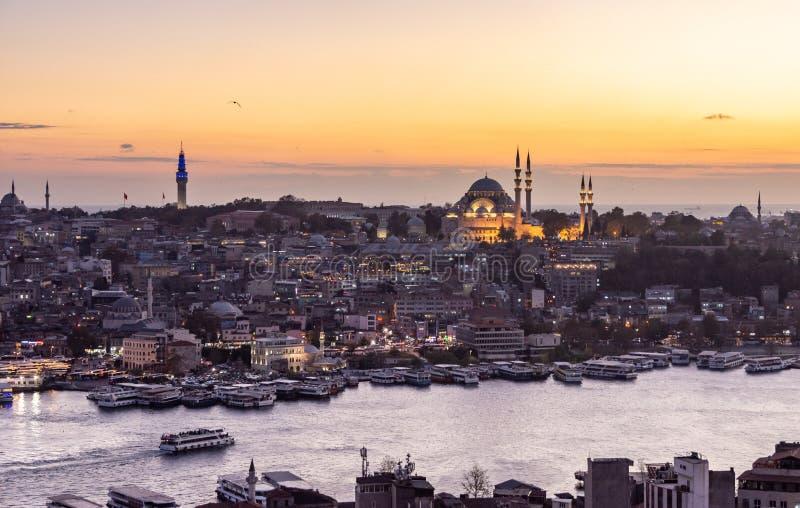 Istanbul, die Türkei 12-November-2018 Bosphorus-Fluss, Boote und Sulemaniye-Moschee während des Sonnenuntergangs von Galata-Turm stockbild