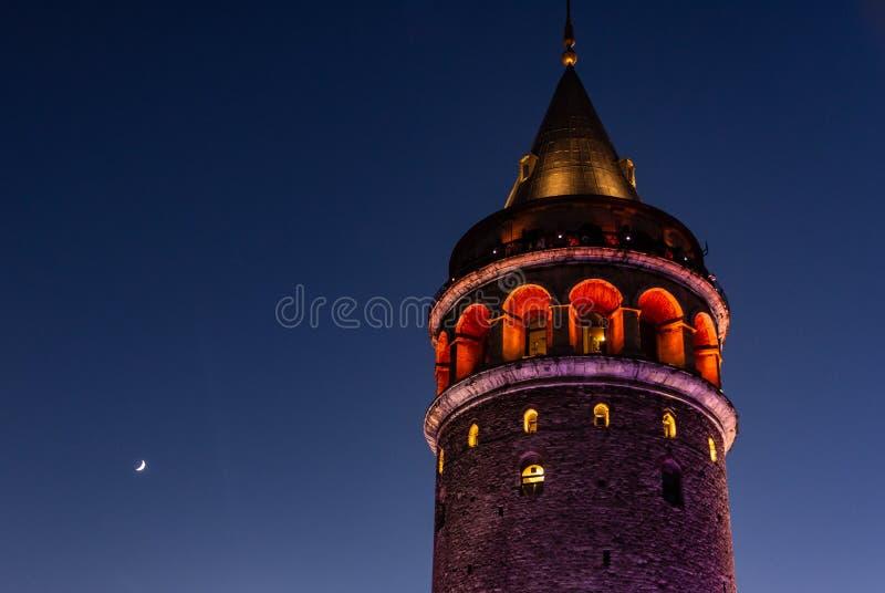 Istanbul, die Türkei 12-November-2018 Galata-Turm ilimuminated nachts lizenzfreie stockbilder