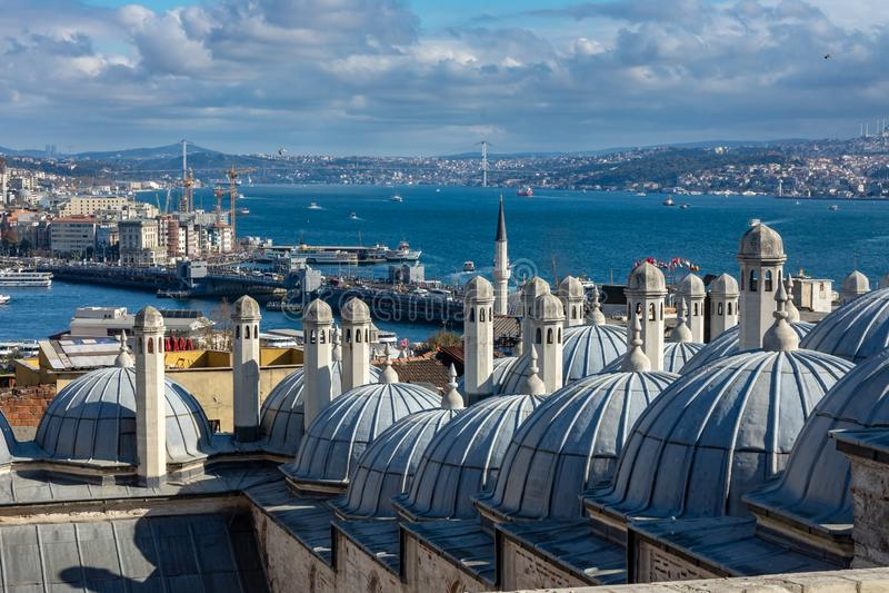 Istanbul, die Türkei 09-November-2018 Hauben von Suleymaniye-Moschee und Ansichten von Bosphorus-Fluss und von Galata-Brücke lizenzfreie stockfotografie