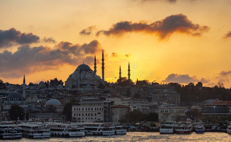 Istanbul, die Türkei 10-November-2018 Schöner Sonnenuntergang mit orange Tönen hinter Moschee und Booten Sulemaniye in Bosphorus- stockfoto