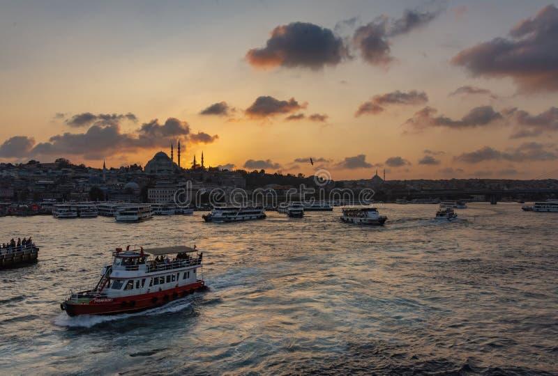 Istanbul, die Türkei 10-November-2018 Sonnenuntergang hinter Moschee und Booten Sulemaniye in Bosphorus-Fluss lizenzfreie stockfotografie