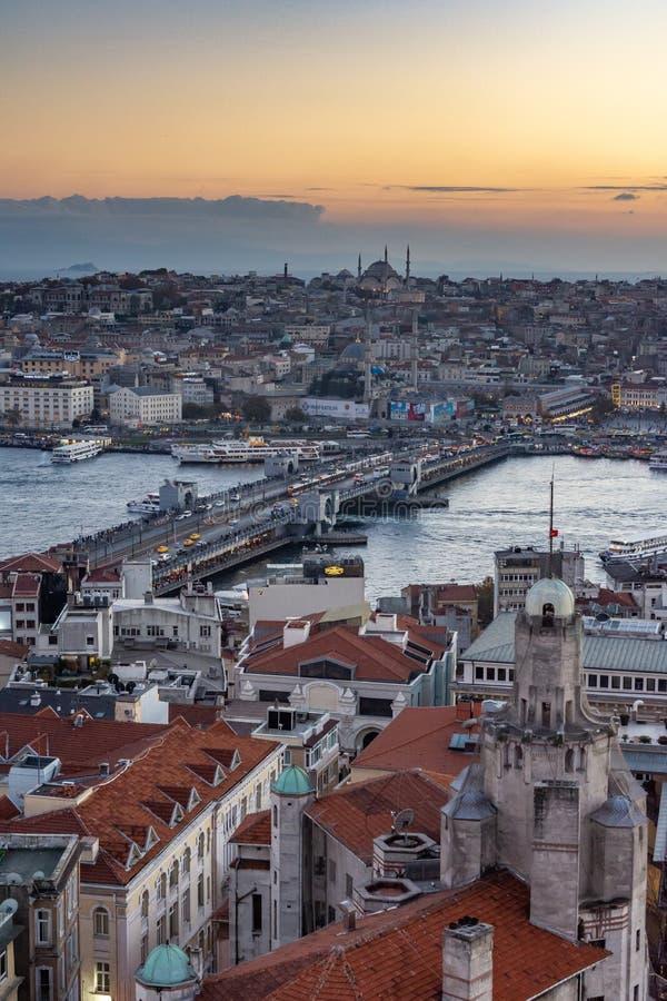 Istanbul, die Türkei 12-November-2018 Vertikales Foto von Bosphorus-Fluss und von Sulemaniye-Moschee während des Sonnenuntergangs lizenzfreie stockfotografie