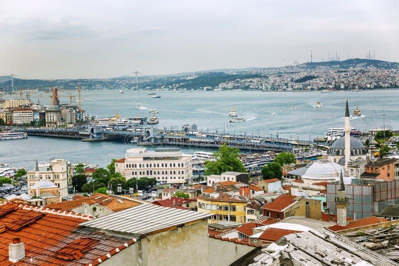 Istanbul, die Türkei, 05/22/2019: Schöne Ansicht der Dächer und des Bosphorus stockbild