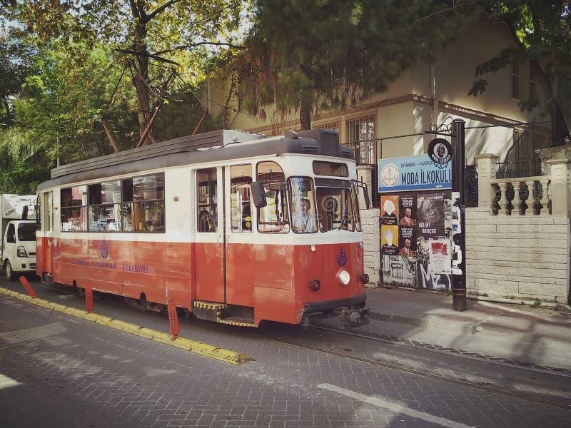 Istanbul, die TÜRKEI - 21. September - 2018: Rote Tram der Weinlese auf Moda-Straße in Kadikoy-Bezirk stockfotos