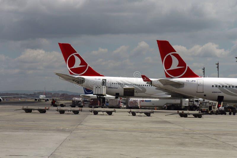 ISTANBUL, die TÜRKEI - Turkisk-Fluglinien - Ataturk-Flughafen stockfoto