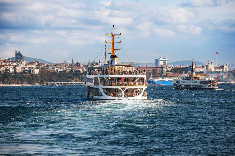 ISTANBUL - Fähre in Istanbul die Türkei, die Leute von Europa in das Asien transportiert stockbilder