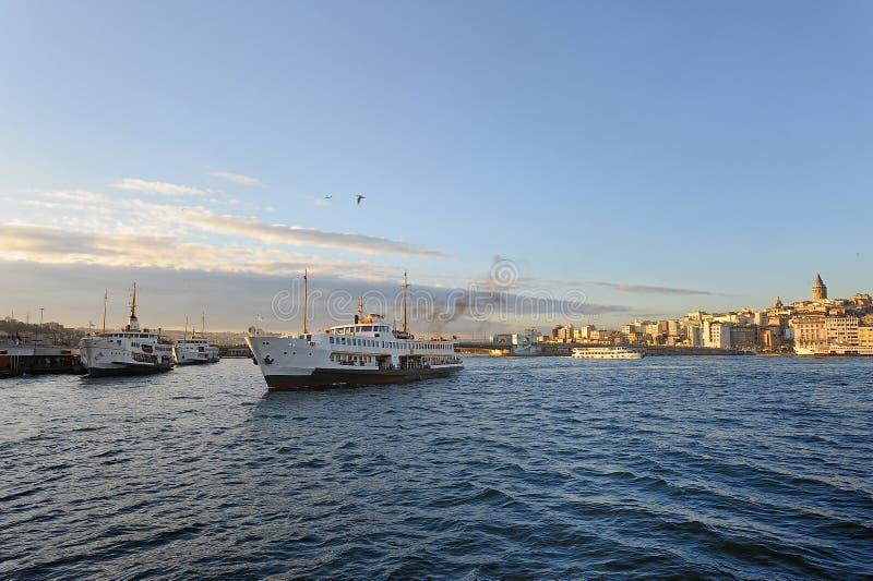 Istanbul Galata Brdige und Dampfer lizenzfreie stockbilder