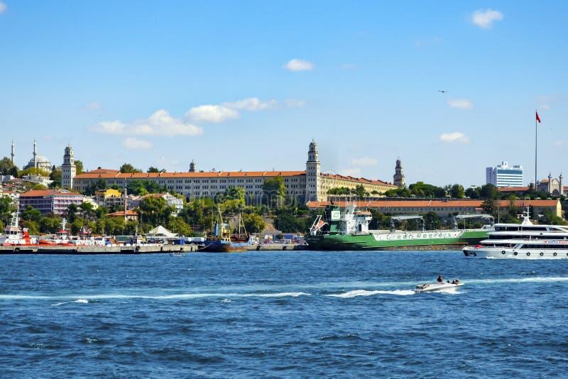 Istanbul, Haydarpasa hamn och Selimiye barackbyggande royaltyfria foton