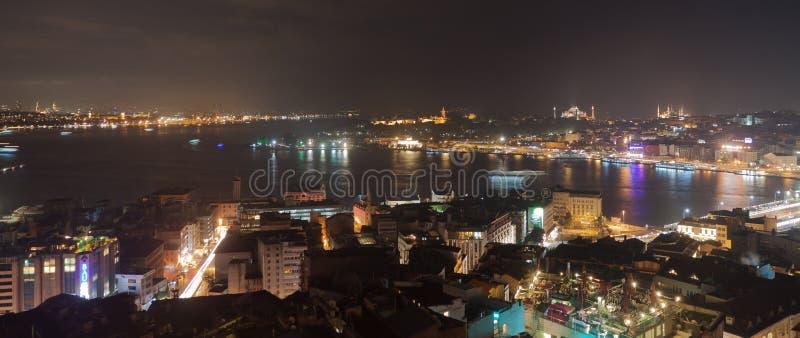 Istanbul horisont från den Galata bron vid natt, med kryssningeyeliner, Turkiet royaltyfri fotografi