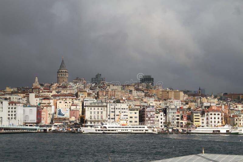 Istanbul i morgonen med det Galata tornet och havet fokuserade royaltyfria foton