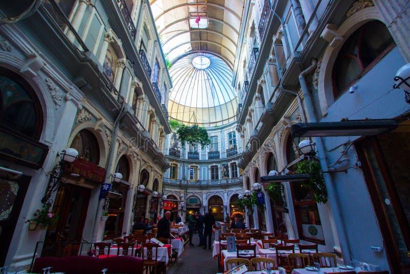 Istanbul istiklal/Turkiet 03 04 2019: Cicek passage, historiskt ställe i Istanbul royaltyfri bild