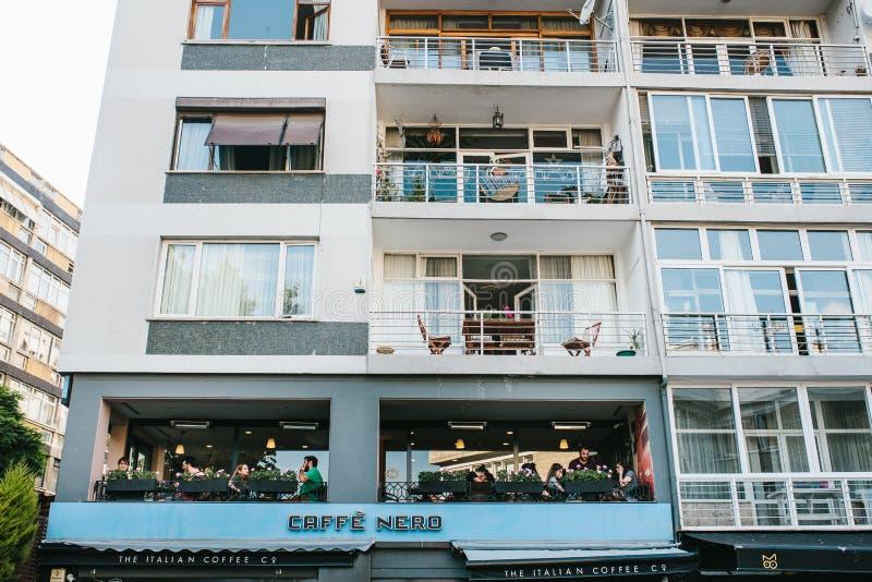 Istanbul, am 14. Juni 2017: Ein populärer italienischer Kaffee nannte Nero-Café im zweiten Stock eines Wohngebäudes in lizenzfreie stockfotografie